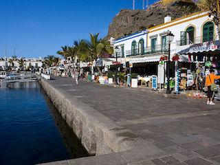 Restaurant og butikker ved havnen i Mogan